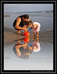 Complicity father and daughter... (♫ Photography Janaina Oshiro ♫) Tags: praia água japan digital mar filha pai reflexo northstar top20colorpix anawesomeshot nikond90 thebestofcengizsqueezeme2groups