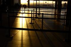 Capetown airport sunrise (David Kramer Photography) Tags: africa light sun sunrise airport south capetown international afrika zuid rkm kaapstad vliegveld zonsopkomst drdark