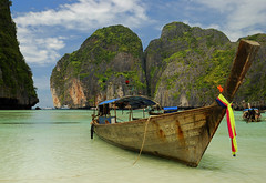 "Longtail at ""The Beach"", Thailand (scott photos) Tags: beach beautiful thailand iso100 bay boat amazing nikon phiphi maya dream sable thalande stunning tropical belle 1755mmf28g nikkor bateau f71 plage kohphiphi longtail phiphiisland thebeach kophiphi thailande 22mm 1755mm kophiphileh 1755mmf28 mayha d80 0017sec byscottphotos"