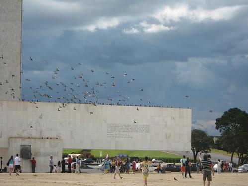 Pombos e visitantes na Praça dos Três Poderes