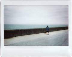 Temps de chien (Monochrome Chicken) Tags: beach kino fuji wide 200 normandie plage pourville instax courtmetrage