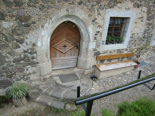 Alte Eingangstür eines jahrhundertealten, aber immer noch bewohntem Bauernhauses entlang des Höfeweges in Völs am Schlern