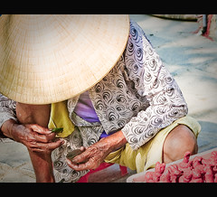 A chewer of betel leaf and areca nut (Vu Pham in Vietnam) Tags: street lady movement asia southeastasia vietnamese candid streetphotography vietnam hoian marketplace dailylife vu canoneosdigitalrebelxt indochina 光 ベトナム 色 betelleaf 越南 conicalhat arecanut เวียดนาม quảngnam 槟榔 nón hoiancity 베트남 nónlá phốcổ látrầu tòhe đườngphố hoianoldquarter phốcổhộian raininvietnam nhaitrầu trầucau cautrầu quảcau commentwithimageswillbedeletedsosorryforthis