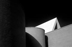 Hinterhof (Fotogehen) Tags: wand himmel stadt architektur sw block form turm dach stein rund schwarz bremerhaven beton fassade abstrakt zeichnung maritim spitze ziegel formen dreieck objekt wei§ gebude kste trme