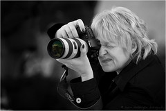 Photographer @ Plaa Catalunya (Harm Rhebergen) Tags: barcelona portrait bw espaa woman white black lady canon eos blackwhite spain photographer zwartwit bcn catalunya zwart wit spanien spanje plaa fotograaf plaacatalunya 100400 canon100400mm 40d eos40d canoneos40d canon40d canon100400mmisusm harmrhebergen