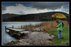 Estany de Montcortès (calcetines-blancos) Tags: lake mountains water rain umbrella lago catalunya paraguas muddy pyrenees barro paraplu pirineos lleida espanya estany paraigues estanydemontcortès