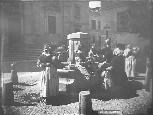 Fuente en la Plaza del Padre Juan de Mariana (Toledo) en el siglo XIX. Fotografía de Casiano Alguacil