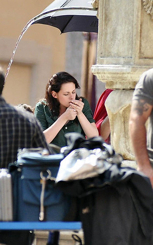 Kristen Stewart smoking again? ← Oldest photo