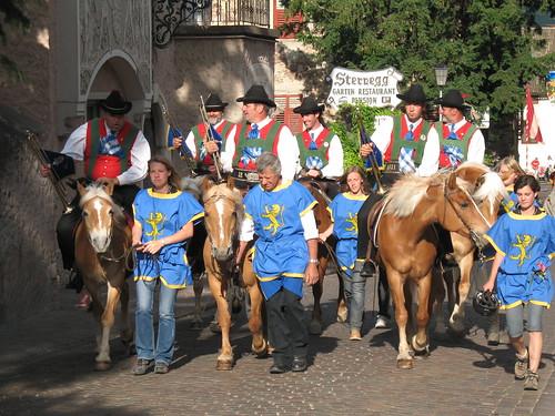 Reiter und Fanfarenbläser beim Einmarsch in St. Michael Eppan