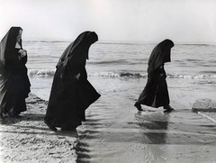 Pootjebadende nonnen op het strand / wading nuns (Nationaal Archief) Tags: sea beach netherlands strand nederland zee nuns paddling zandvoort wading nonnen 6380 pootjebaden habijt commons:event=commonground2009