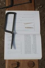 Christoph Roeser vor dem Haus des Kammmachers in Haithabu stellt aus Geweih eine Nadel her - Museumsfreifläche Wikinger Museum Haithabu WHH  06-06-2009