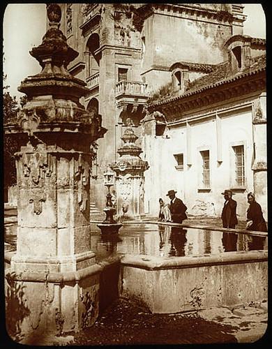 Lestrange. Fontaine dans le patio, Mosquée de cordoue. Fontaine au premier plan, personnages, mosquée visible en partie à larrière-plan.