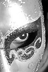 """☻من م ـنآ لا يلبس""""القنآع ☺ (Maryam.Ibrahim) Tags: venice bw italy eye mask sony 100alpha"""