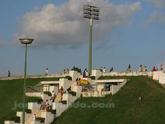 Gente subiendo a las gradas del National Olympic Stadium de Camboya e Phnom Penh