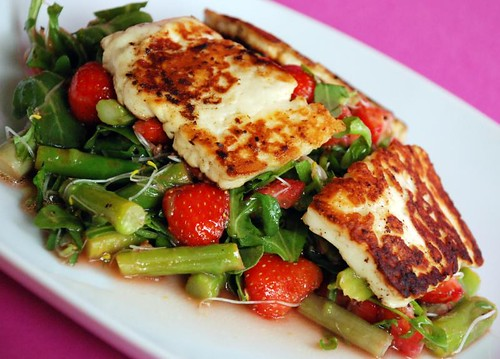halloumi-strawberrysalad