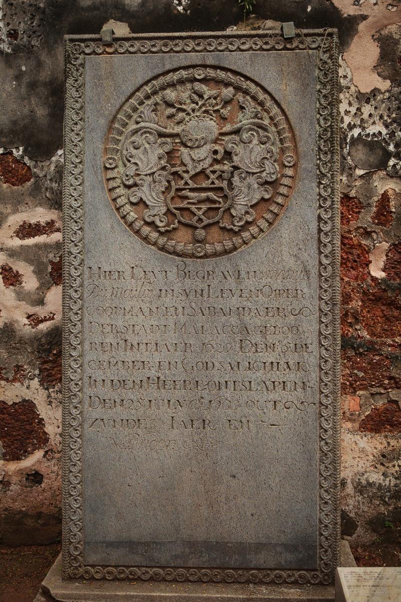 聖彼德教堂廢墟裏的一面石碑