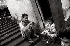 the lunch (fly) Tags: kids thailand asia day bangkok mother ixtlan earthasia simonkolton khlongtoie