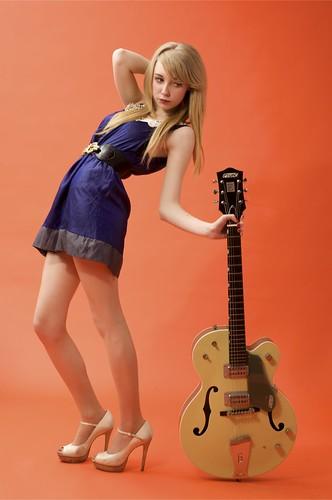 フリー画像| 人物写真| 女性ポートレイト| 白人女性| 金髪/ブロンド| 楽器| ギター| ドレス|    フリー素材|