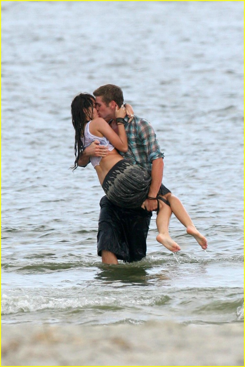 miley-cyrus-liam-hemswroth-kiss-01