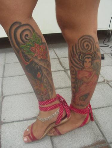 mulher com tatuagem na perna