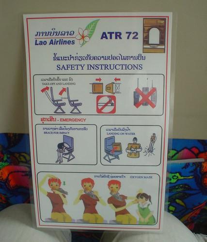 09.寮國航空的Safety Instructions的人物畫的很可愛