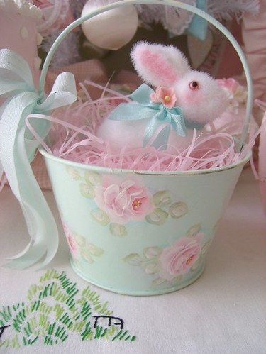 Hand Painted Roses Easter Basket with Bunny par sweetnshabbyroses