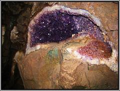 Piedras en las paredes de la mina. (Crisfer) Tags: argentina mina paredes misiones piedraspreciosas minasdewanda