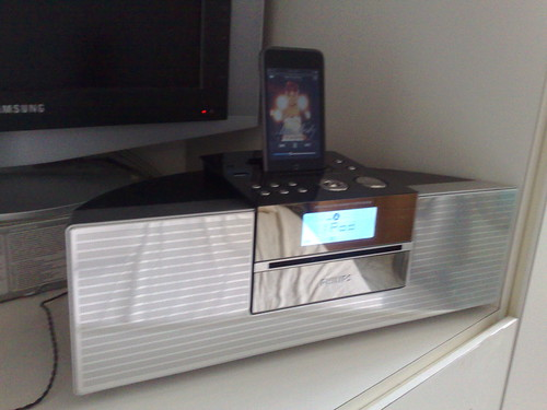 Listening to the iPod via the Philips DCM230 dock