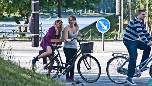 Chicas en bicicleta en Copenhangen.