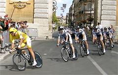 L'quipe du maillot jaune Cancellara au Peyroux (ALTASENSIBILIDAD) Tags: france sport jaune cycling time bank montpellier ciclismo tourdefrance 2009 trial quipe maillot saxo timetrial chrono cyclisme cancellara contrareloj