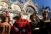 vescovo e 3 dame davanti alla basilica di san marco (Nicola Zuliani) Tags: venice basilica carnevale venezia sanmarco maschere vescovo nizu nicolazuliani wwwnizuit