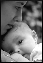 Ta y sobrina (Xanti Revueltas) Tags: baby byn nikon mother nia bebe madre 18135 d80 nikond80 18135f3556 nikon18135 nikon18135f3556 xantirevueltas