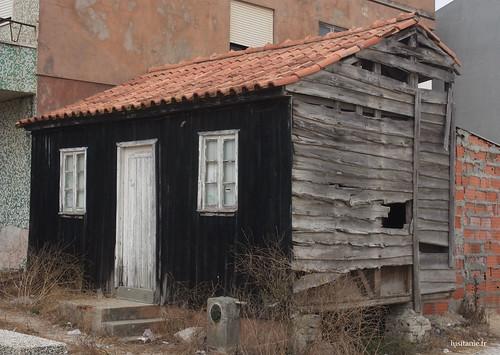 Antigo palheiro, com as suas paredes de madeira e o seu telhado encarnado