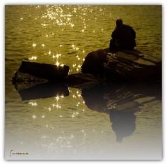 Pensiero e... riflessione (mareggiata) Tags: mare persone luci scogli riflesso pensiero riflessione
