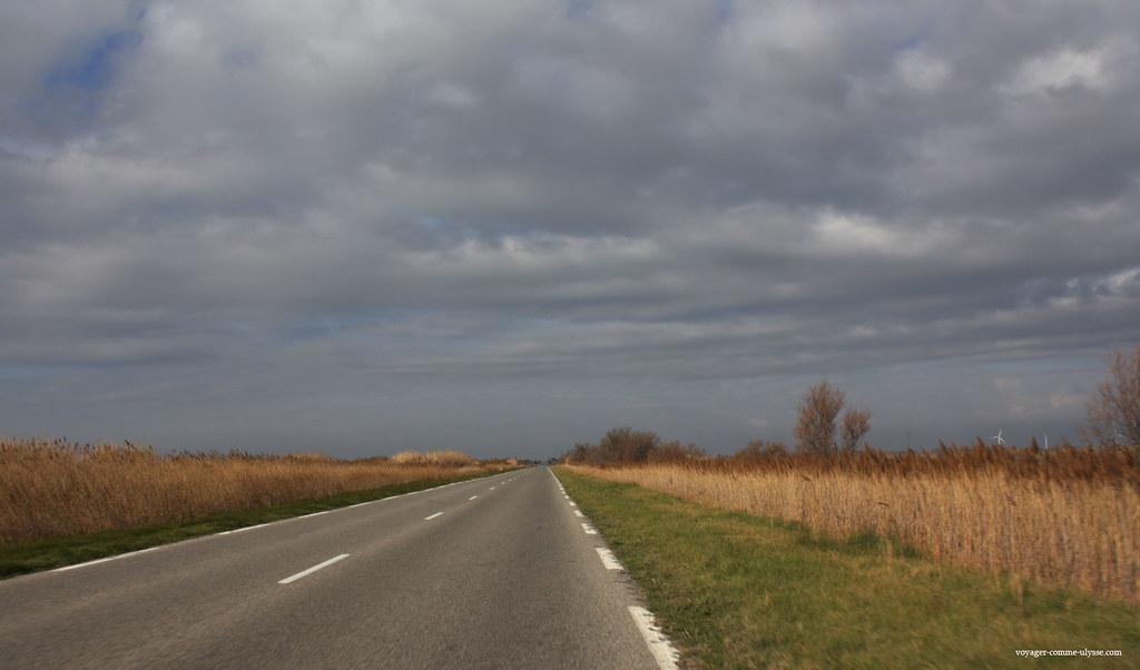 On peut apercevoir les éoliennes, au fond à droite