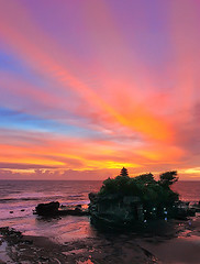 heir of a dying day (tropicaLiving - Jessy Eykendorp) Tags: light sunset sea bali seascape beach indonesia landscape coast shoreline tanahlot efs1022mmf3545usm canoneos50d overtheexcellence tropicaliving vosplusbellesphotos jessyce tropicalivingtropicalliving heirofadyingday