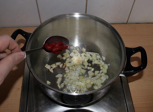 15 -  Knoblauch & Tomatenmark hinzugeben