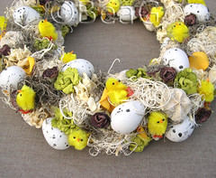 Another Easter Wreath (Nog een Paaskrans) (Made by BeaG) Tags: original yellow circle easter creativity design artist belgium designer handmade unique oneofakind ooak kunst belgi wreath creation round eggs krans unica chickies walldecor unicum couronne tabledecoration doordecoration tabledecor beag walldecoration doordecor naturalmaterials easterchicks easterwreath paaskrans doorgift kunstenares uniquedesign ontwerpster originaldesigner creativedesigner designedandmadebybeag uniekontwerp ontworpenengemaaktdoorbeag handgemaaktekrans gedecoreerdekrans kransmaken fireplacedecoration designerwreath designerwreaths