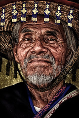 """ Shaman "" (Alfredo11) Tags: old portrait man texture textura face hat beard mexico native expression retrato oldman clothes alfredo sonrisa sombrero tradition anciano emotions viejo wrinkle shaman hombre rostro vestido chaman indigenous canas treatment tradicion wrinkly tratamiento brujo tradicional indigena barbas expresion arrugas sb800 curandero arrugado nativo emociones supershot creativelightingsystem nikon1755mm28 sb900 nikond300 canosos"