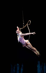 circo roda brasil (Ana Luz) Tags: circorodabrasil circo circus acrobacia show espetculo dana dance stage picadeiro jump pulo corda trapzio analuz trapeze trapezium artist acrobat aerial performance flying acrobatics makeup face people man woman art color pink teatro theatre