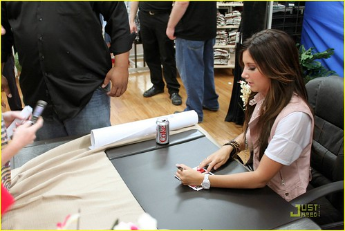 ashley-tisdale-free-concert-tomorrow-03