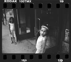 The girls next door (Laurent Filoche) Tags: nyc usa newyork us manhattan lowereastside streetphotography leicam7 bonzography kodak100tmaxpushedto800
