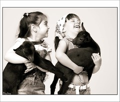 Pasndolo bien  (Ainhoa y Judith) (Paulina58) Tags: bw blancoynegro canon spain retrato estudio bn retratos alicante nias santapola risas virado cabritas afali paulina58