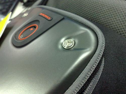 賽車流線弧形的引擎蓋+機械風格的白銀卯釘