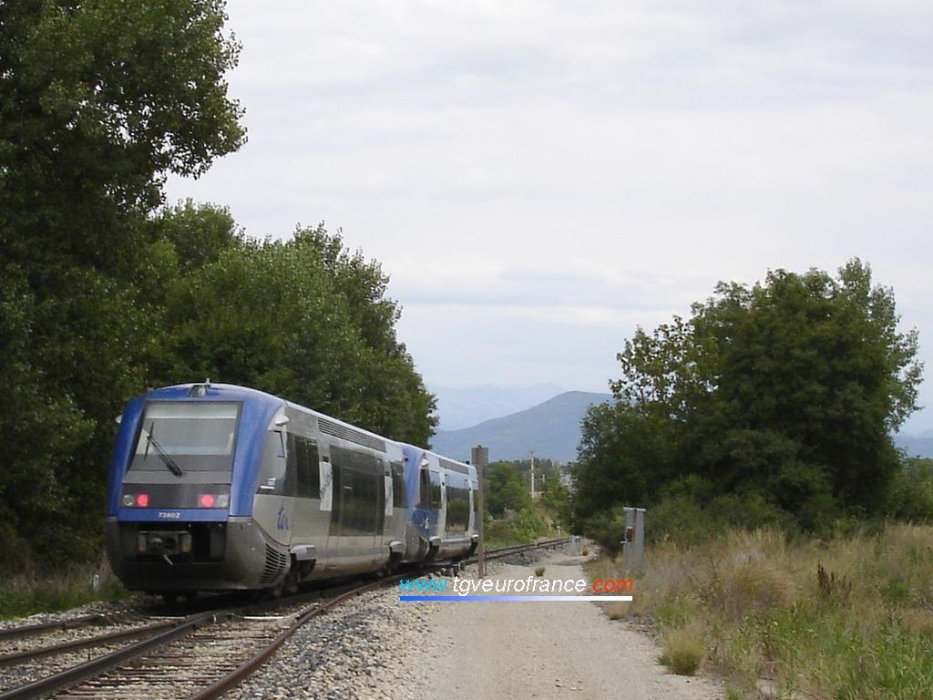 Les deux autorails Diesel X 73500 ATER d'Alstom se dirigent vers Gap le 15 août 2006.