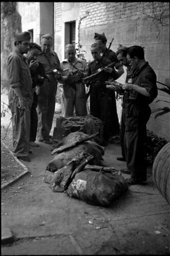 Milicianos examinando fardos con jamones. Fondo del Estudio Fotográfico Alfonso. Archivo General de la Administración. Ministerio de Cultura