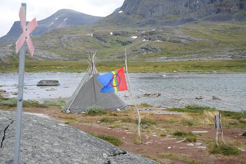 ボート待ち合図にのサーメの旗を掲げる
