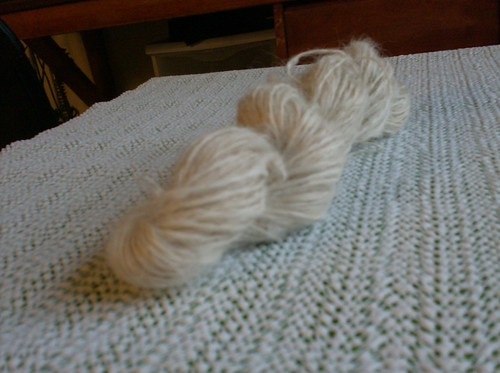 Fuzzy soft suri alpaca white handspun yarn