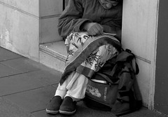 Rezando a San Pancracio/Praying Saint Pancras (Joe Lomas) Tags: street leica urban candid poor reality streetphoto urbano pobre lastima pobreza urbanphoto realidad sintecho callejero poorness limosna robados realphoto fotourbana fotoenlacalle fotoreal photostakenwithaleica leicaphoto