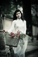 Phng hng (TA.D) Tags: street portrait white tree girl beautiful nikon dress vietnam hong phuong dai tad ao hcm saigon hochiminhcity hcmc hochiminh chandung d700 aodaivietnam